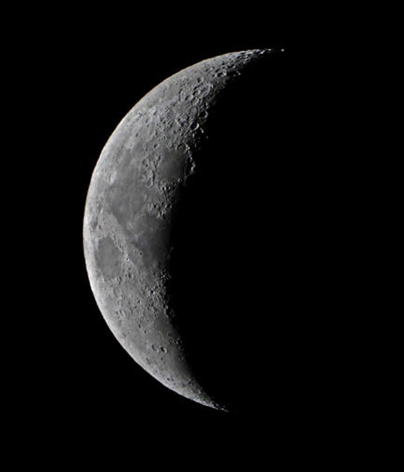 Moon by Ken Kennedy 14.01.2016  8.08. Camera Canon EOS100d 1/100sec.  ISO-800. Compare this to the next picture by Tony taken almost 3 hours earlier in daylight.